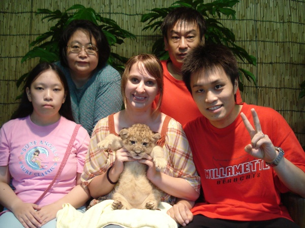 I got to hold a baby lion(*♥д♥*)