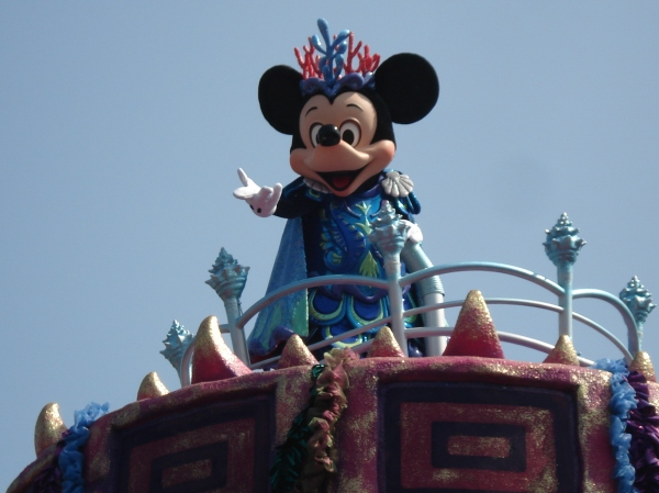Mickey waved at me!